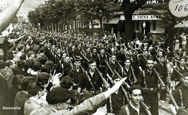 Desfile triunfal de las centurias falangistas tras la toma de San Sebastián. (Archivo del Ayuntamiento de San Sebastián/Donostiako Udala).