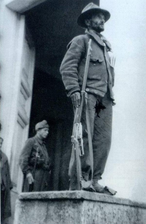 Miliciano en su puesto de vigilancia. (Archivo General de la Administración.)