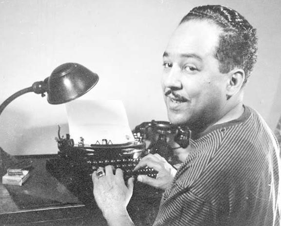 Langston Hughes con su pequeña máquina portátil de corresponsal.